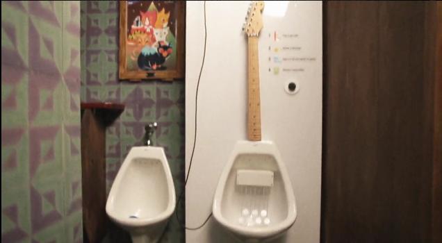 Eine Gitarre? Oder ein Urinal? Beides. (Foto: Vimeo)
