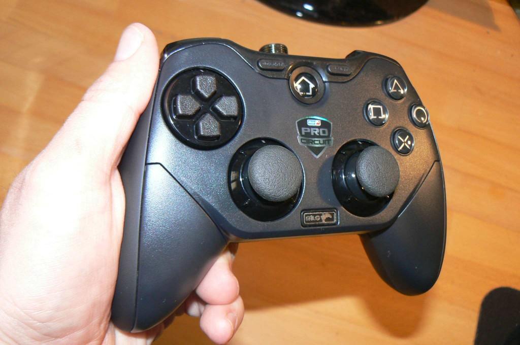 Der Controller liegt sehr gut in der Hand, ist aber nicht leicht. (Foto: GamingGadgets.de)