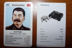 Zum Vergleich: Links eine Karte aus dem Tyrannen-Quartett. (Foto: GamingGadgets.de)