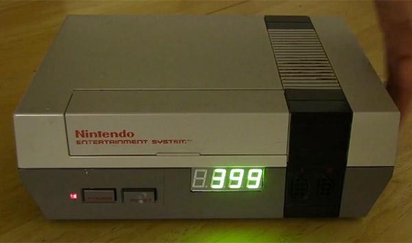 Die optisch etwas angepasste NES-Konsole. (Foto: Youtube)