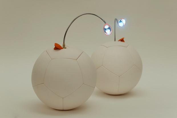 Sieht komisch aus? Tja, das ist der Ball als Lampe. (Foto: Kickstarter)