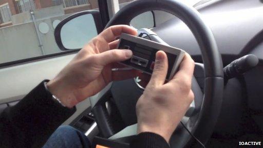 Würdet ihr euer Auto mit einem NES-Controller steuern? (Foto: BBC)