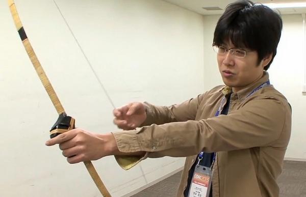 Ein echter Bogen als Spielzeug-Waffe. (Foto: Youtube)