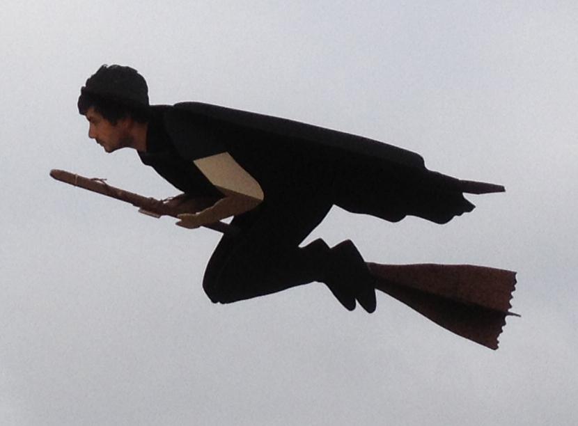 Magie!? Der Mann & der Besen fliegen tatsächlich (Foto: hoosiercutoutservice.com)