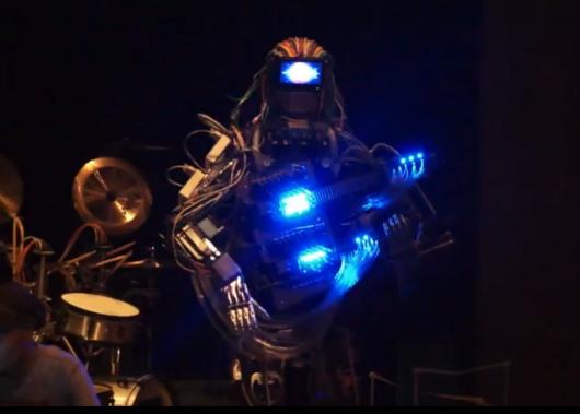 Etwas skurril ist diese Roboter-Band schon. (Foto: Youtube)