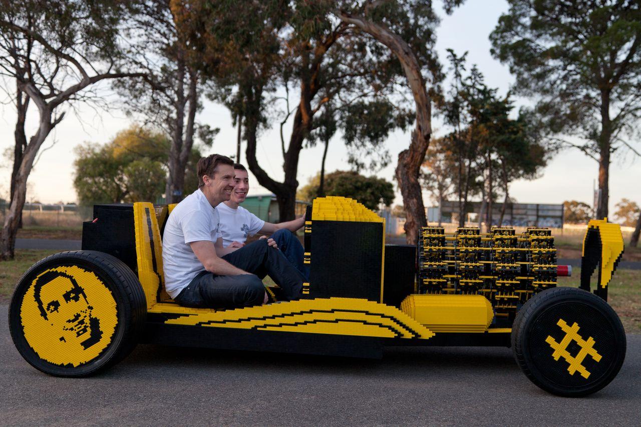 Die beiden Erfinder in ihrer Erfindung (Foto: superawesomemicroproject.com)