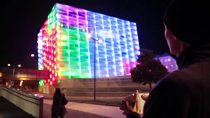 Ein magischer Würfel steuert die Farben eines Hauses. Auf allen Seiten. (Foto: puzzlefacade.com)