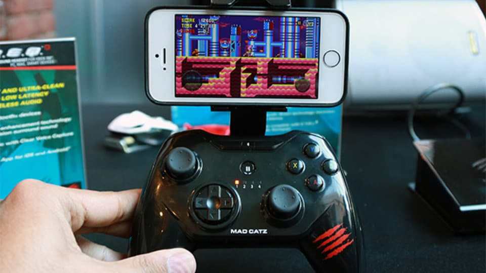 Gamepad plus Halterung. (Foto: Engadget)