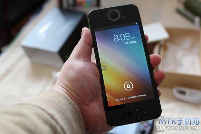 Sieht wie ein normales Smartphone aus. Aber schaut genauer hin. (Foto: Much)