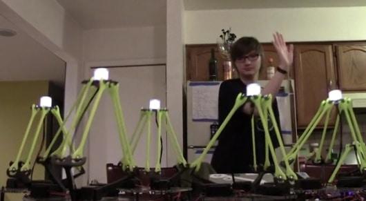 Diese Dame steuert alle Roboter auf diesem Bild mit Kinect. (Foto: Kickstarter)