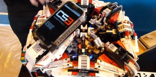 Nein, das ist kein Haufen LEGO-Steine mit einem Smartphone drauf. (Foto: Youtube)