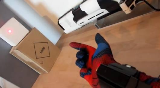 Cooler Handschuh, was? (Foto: Youtube)