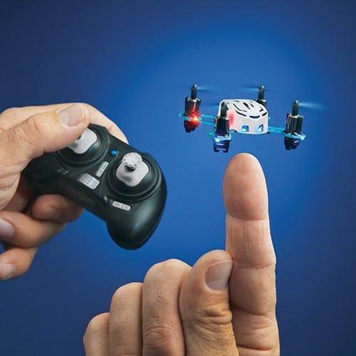 Der Mini-Quadcopter kann sogar auf einem Finger landen (Foto: Estes)