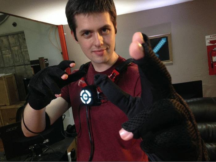 Handschuhe und Körper-Befestigung. Und das soll klappen? (Foto: Kickstarter)