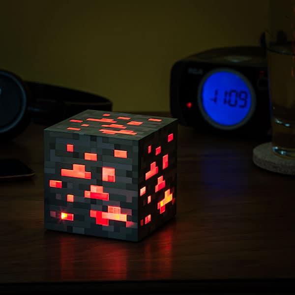 Der Lichtwürfel in Gestalt von Redstone-Erz wird euch nicht im Dunklen lassen. (Foto: ThinkGeek.com)