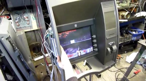 Doom trifft auf Geldautomat. (Foto: Youtube)