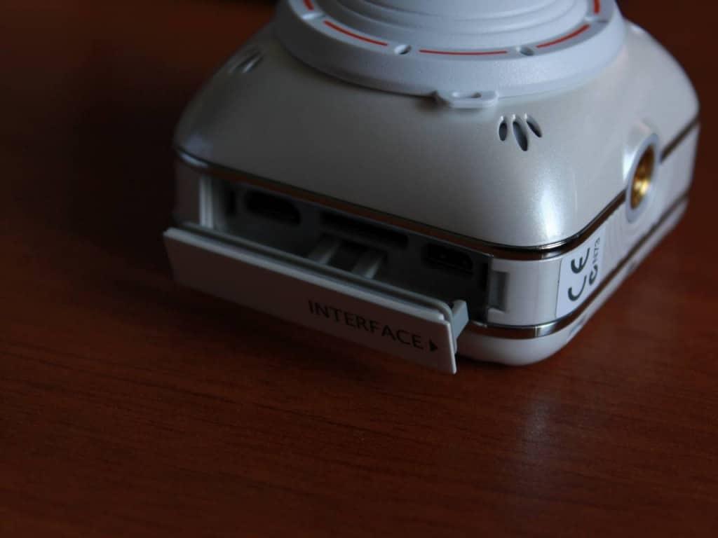 Hinter der Öffnung befindeen sich die Anschlüsse. (Foto: GamingGadgets.de)
