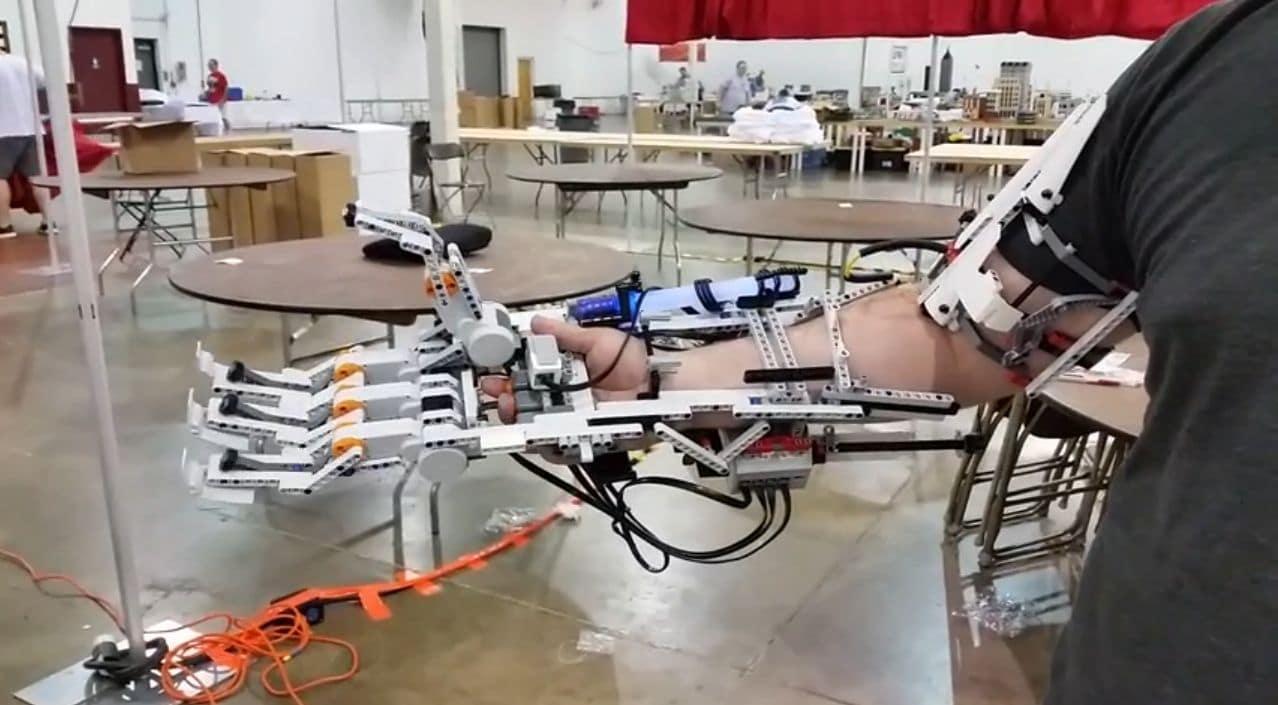 Dave Voltaggio mit seinem Lego Roboterarm (Foto: Youtube)