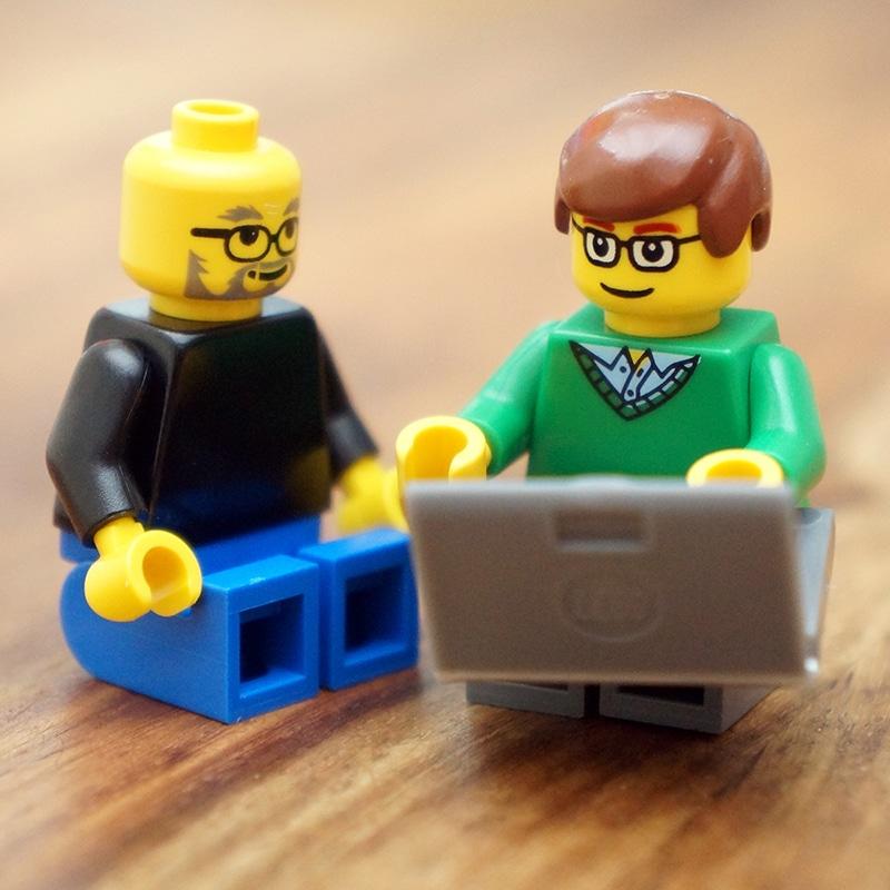 Steve Jobs und BIll Gates zusammen. Da wird quasi eine klassische Szene nachgestellt... (Foto: FamousBrick)