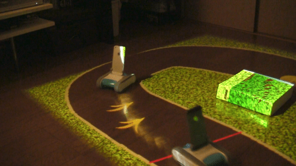Roboter fahren eine selbstgebaute Strecke. (Foto: kawalabo.blogspot.jp)