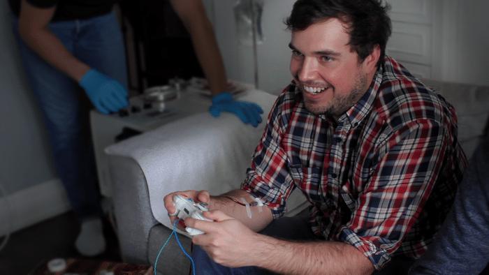 Noch lacht er. Im Hintergrund wird im Blut abgenommen. (Foto: Kickstarter)