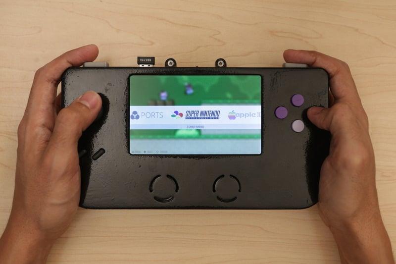 Ein erstaunlich großer Bildschirm sorgt für Spielspaß. (Foto: Adafruit)