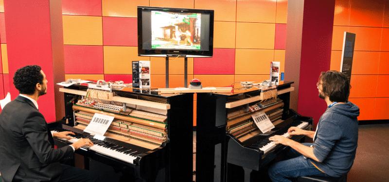 Zwei Leute, zwei Pianos, ein Spiel. (Foto: Screenshot)