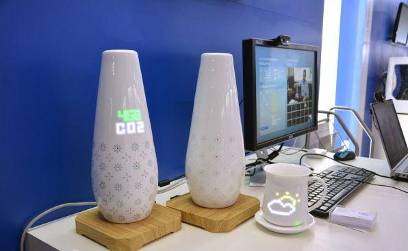 Moderne Vasen und Tassen mit smarten Elementen. (Foto: Engadget)
