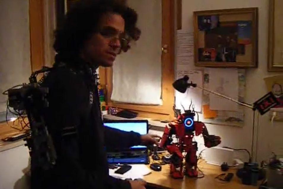 Der Schöpfer und sein Roboter. (Foto: Screenshot)