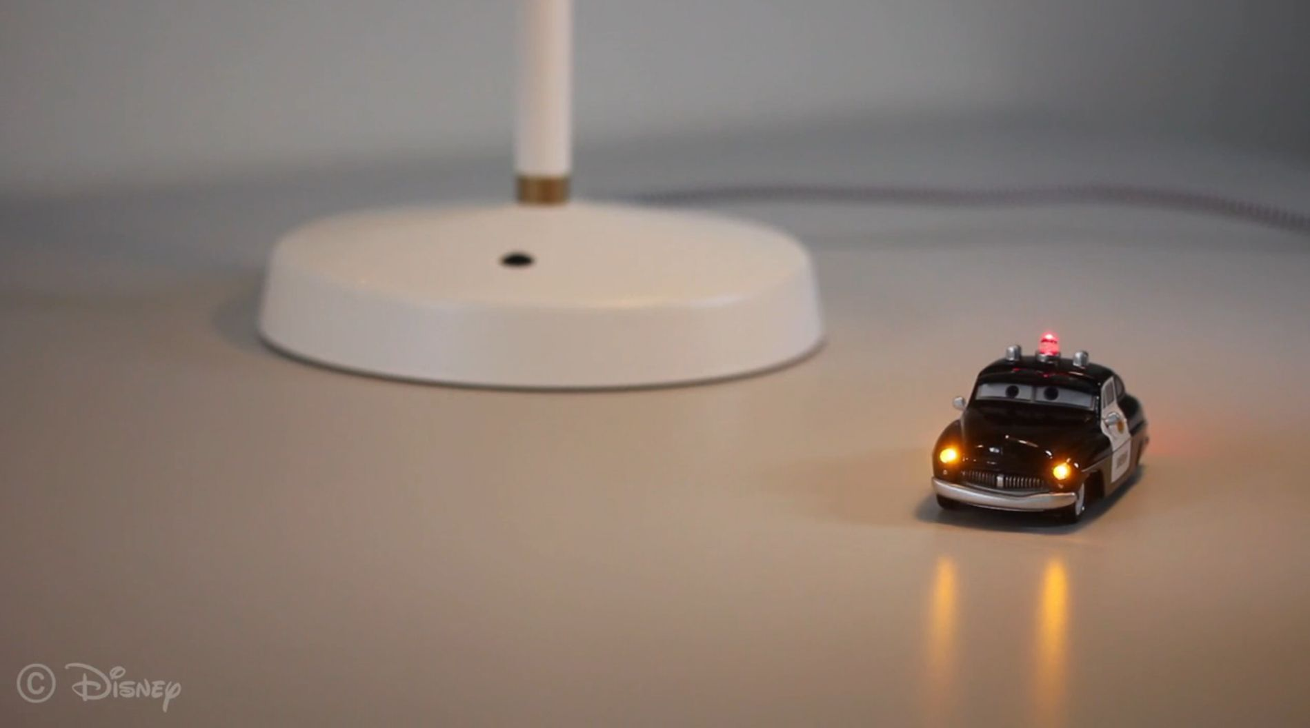 Das Auto leuchtet, wenn es unter die Lampe fährt. (Foto: Disney Research)