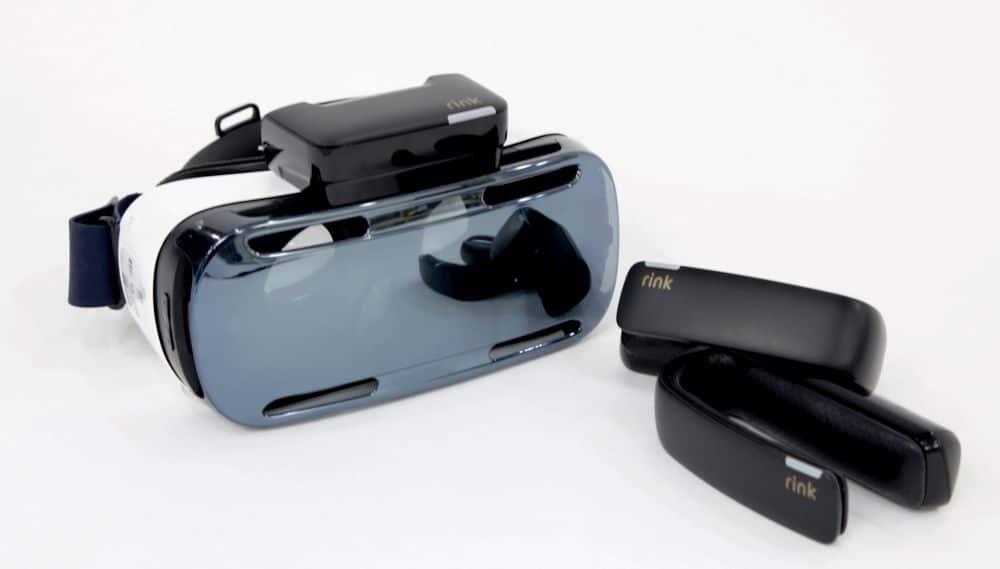 Auf der VR-Brille befindet sich noch ein kleiner Kasten. Wozu? (Foto: Samsung)