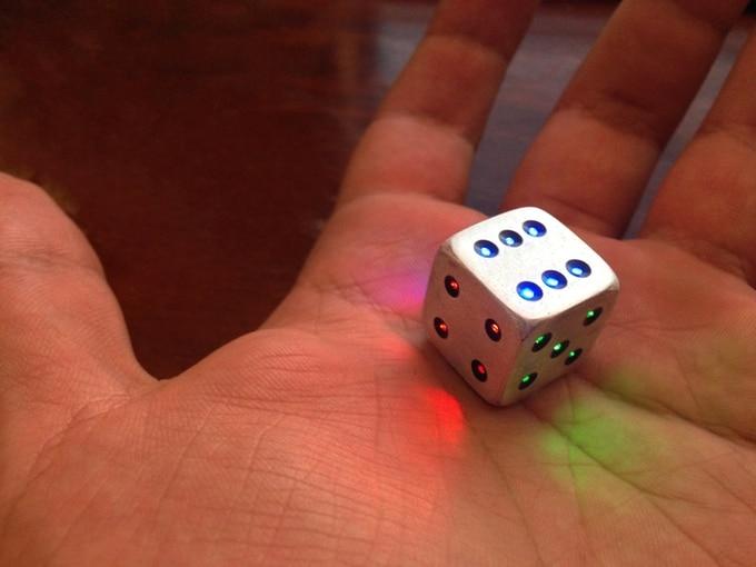 Ein kleiner Würfel mit 21 LEDs. (Foto: Min Mendis)