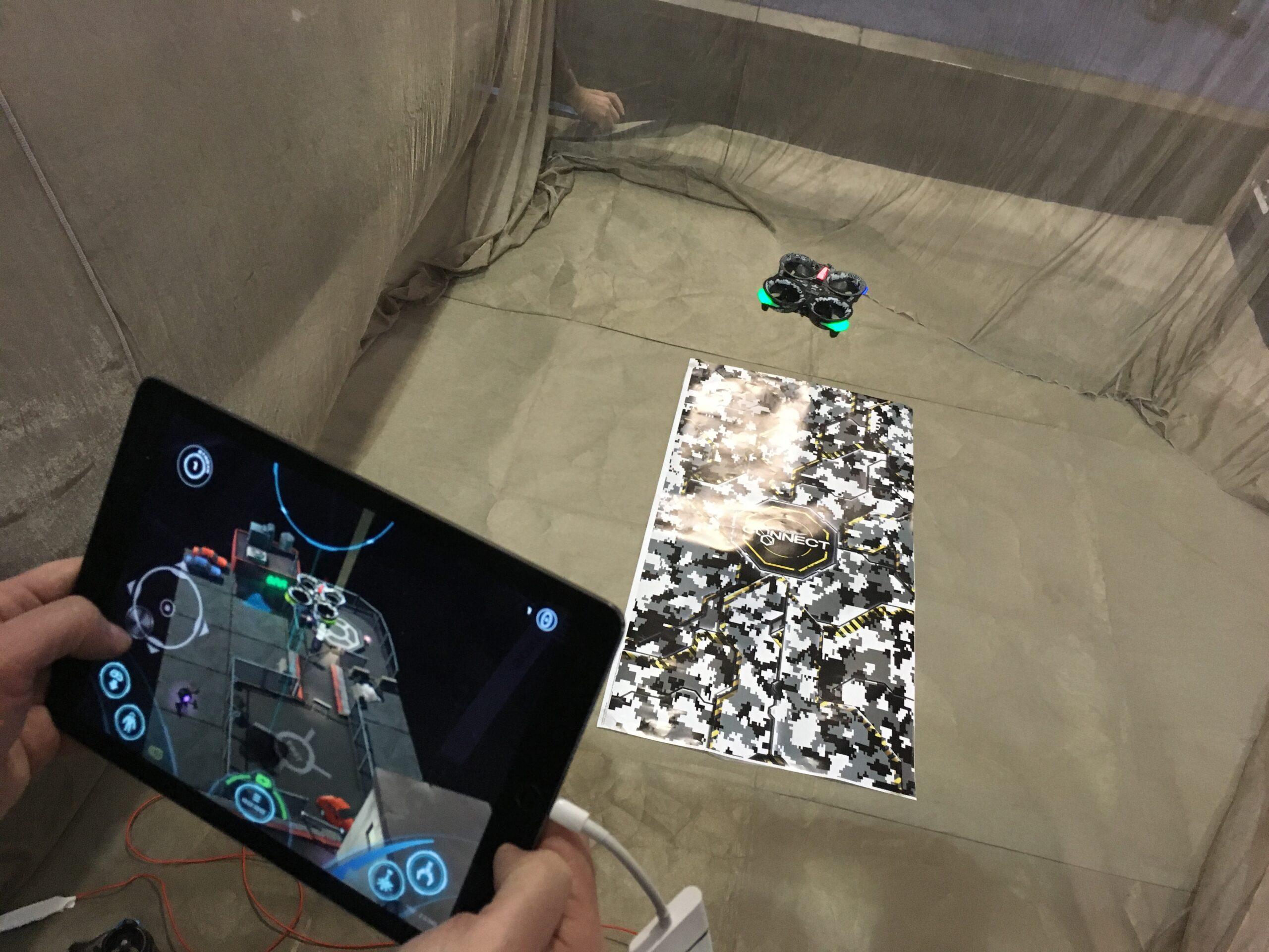 Das Tablet wird zum zusätzlichen Spielfeld. (Foto: CNET)