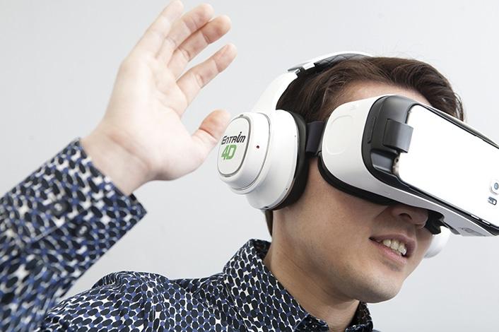 Kopfhörer verbessern das VR-Erlebnis. (Foto: Samsung)
