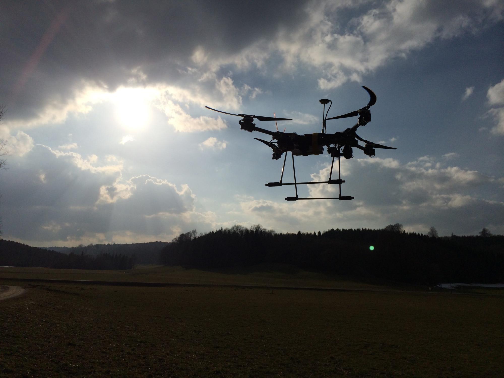Das Das Multicopter-Team präsentiert etliche Drohnen. (Foto: Maker Faire Hannover / Philipp Sußmann)