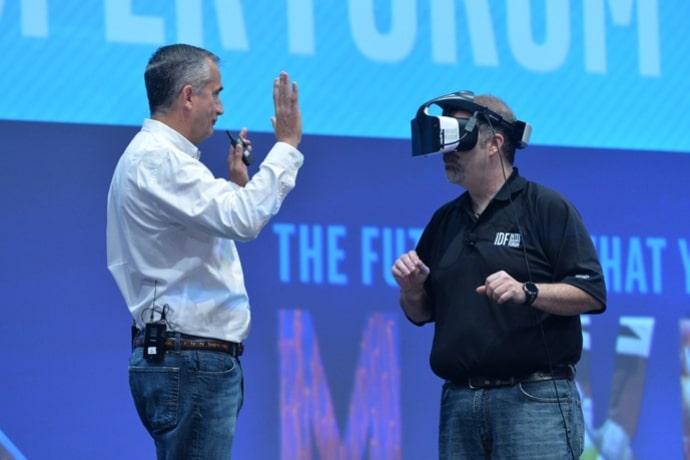 Auf der Keynote zu sehen: Echte Menschen werden von der Brille wahrgenommen. Das Drumherum kann dagegen komplett virtuell sein. (Foto: Intel)