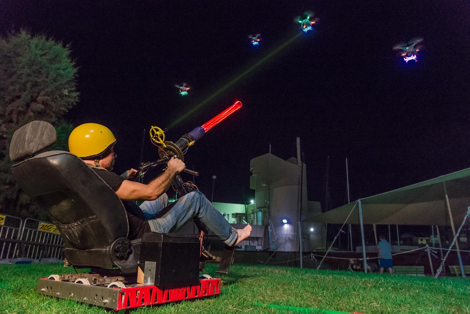 SpacedOut: Space Invaders mit Drohnen und riesiger Lichtkanone nachgestellt