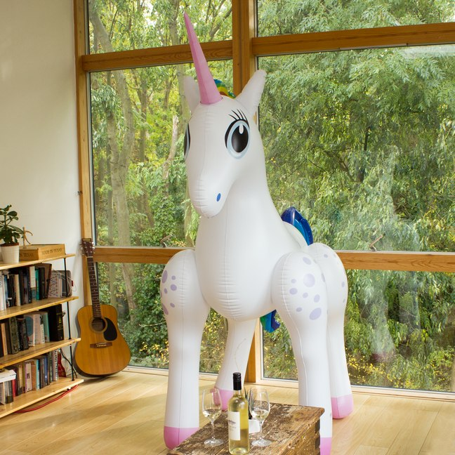 giant inflatable unicorn ber 2 meter gro es einhorn zum. Black Bedroom Furniture Sets. Home Design Ideas