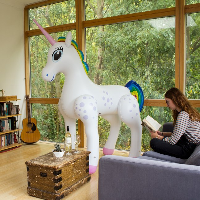 giant inflatable unicorn ber 2 meter gro es einhorn zum reiten und kuscheln. Black Bedroom Furniture Sets. Home Design Ideas