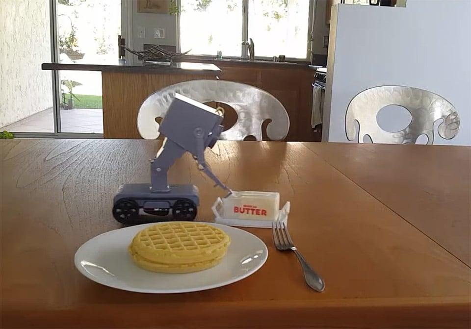 Ein fleißiger Helfer fürs Frühstück. (Foto: Screenshot / YouTube)