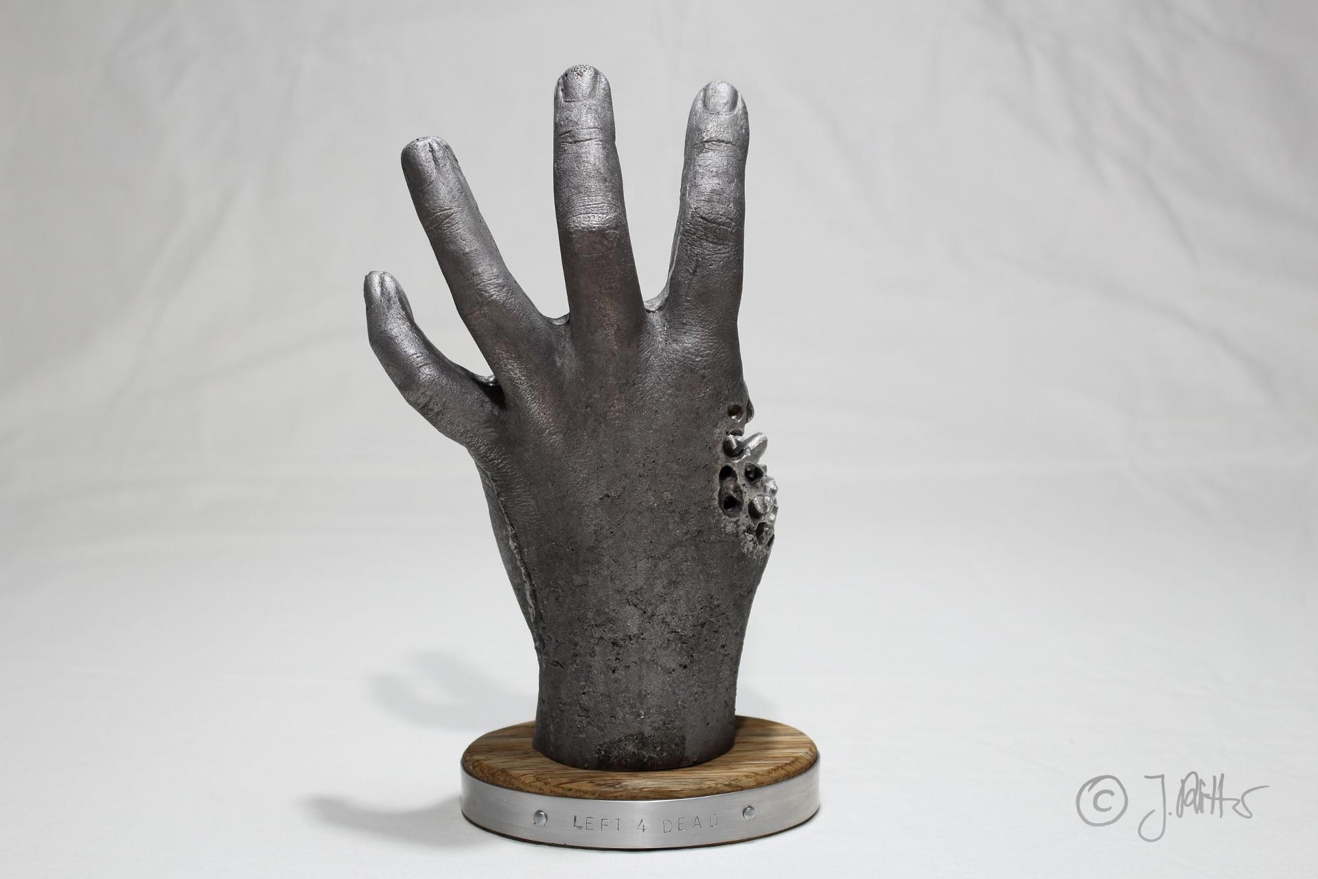Left 4 Dead: Gruselige Zombie-Hand aus Aluschrott