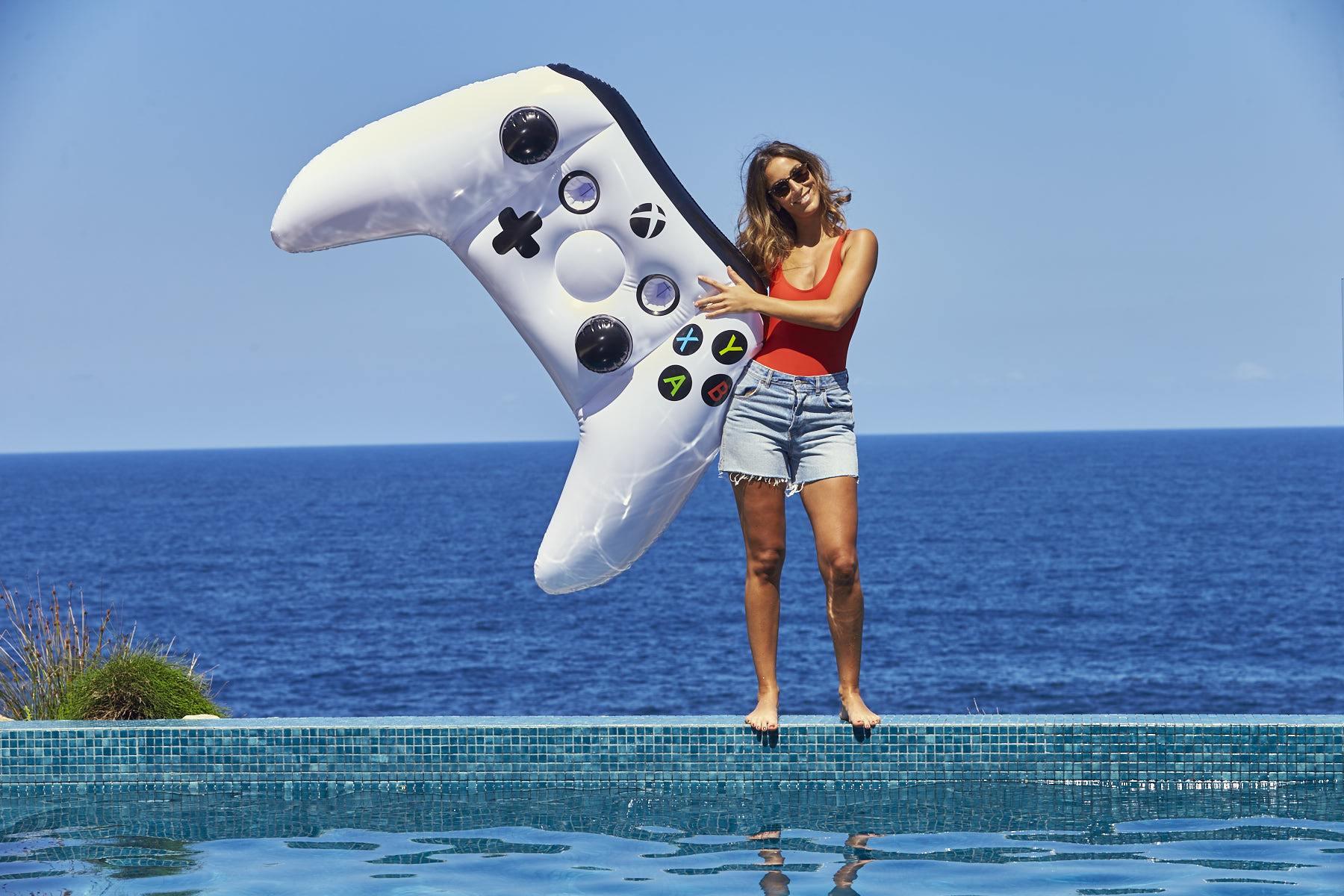 Baden mit dem Xbox One Controller: Riesiges Gamepad zum Aufblasen