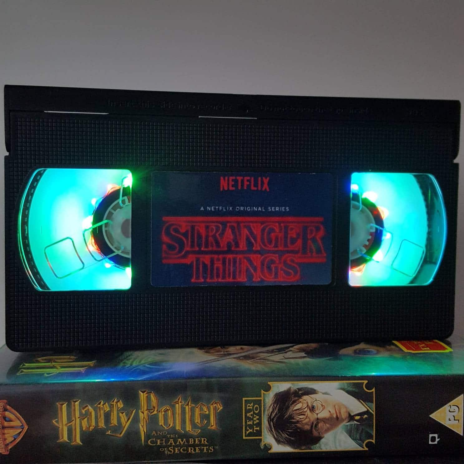 Retro VHS Lampen: Stranger Things und Filmklassiker zum Leuchten bringen