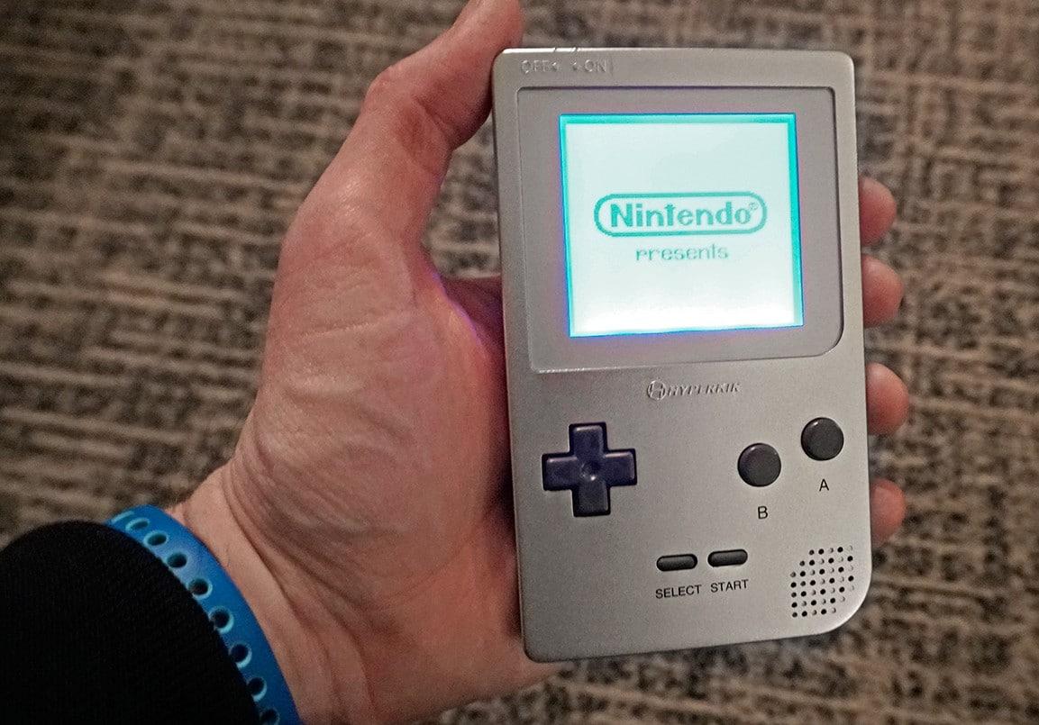Sieht wie das Original aus - der Ultra Game Boy. (Foto: Gizmodo)