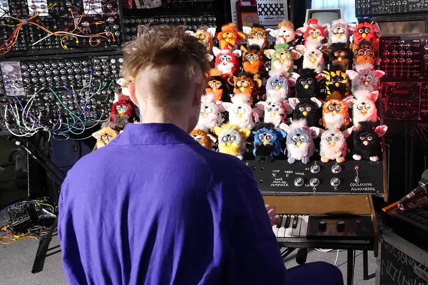 Das ist die Furby Orgel. (Foto: LOOK MUM NO COMPUTER / YouTube)