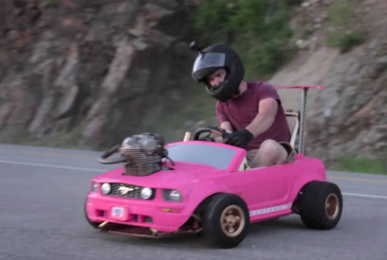 Das ist ein Barbie-Auto mit etwas mehr Power. (Foto: Screenshot)