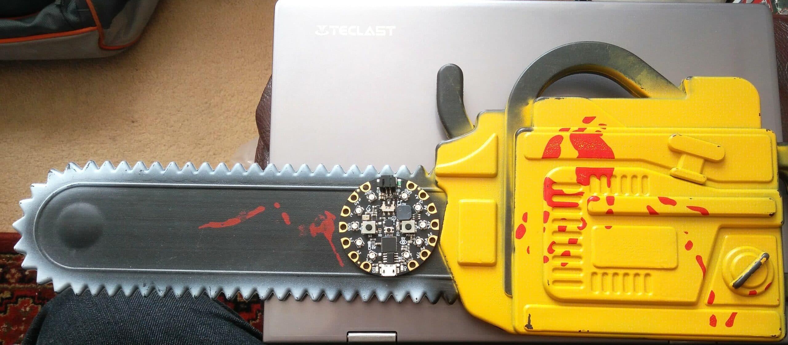 Horror-Motorsäge aus Spielzeug gebaut. (Foto: bigl.es)