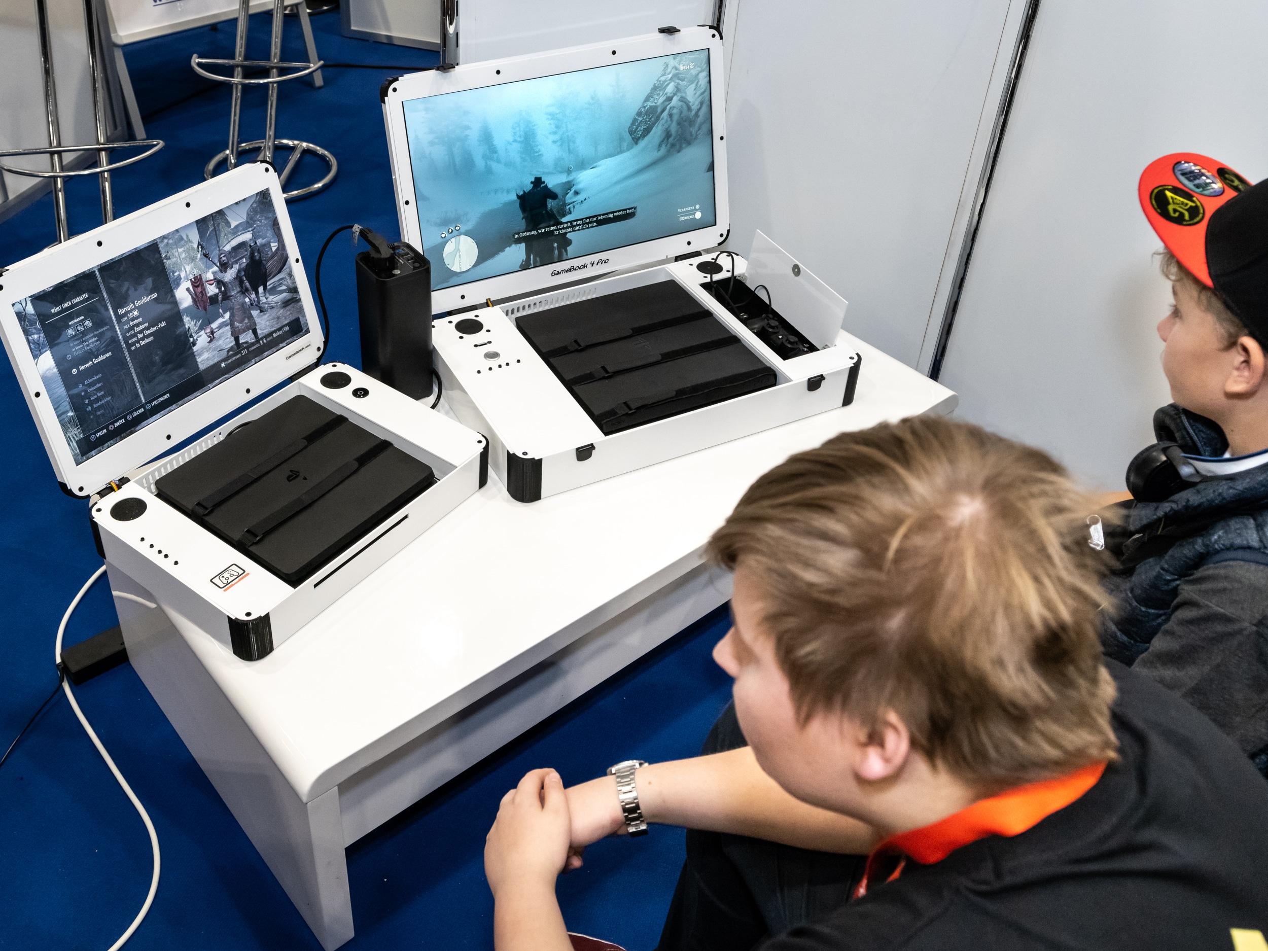 Das GameBook macht aus Xbox One und PS4 einen Laptop. (Foto: CaseGaming)