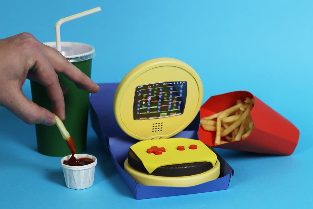 Game Burger Advance: Leckere Handheld-Konsole aus Holz