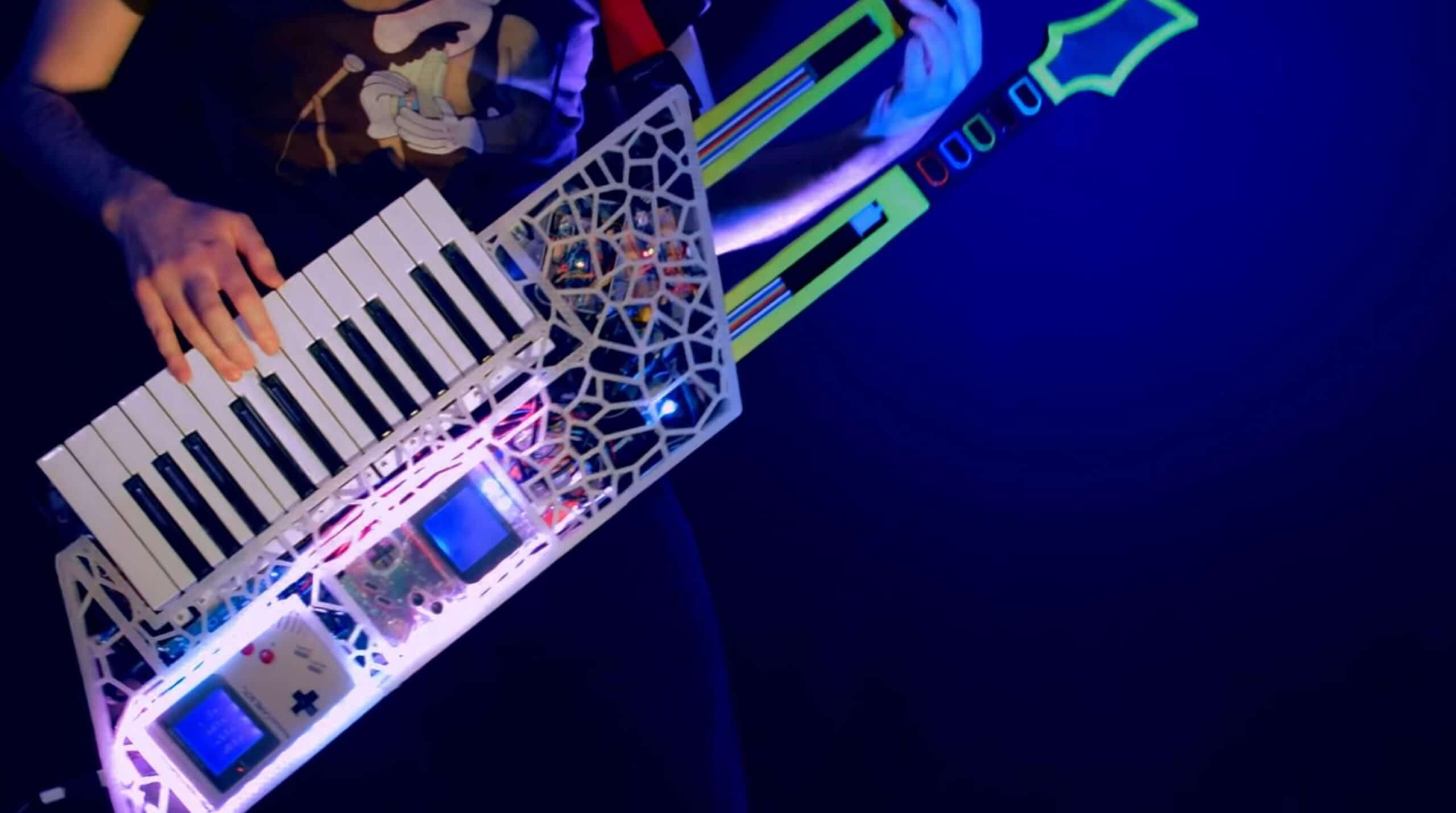Ja, ihr seht richtig - das sind Gameboy-Konsolen in der Gitarre. (Foto: Theremin Hero)